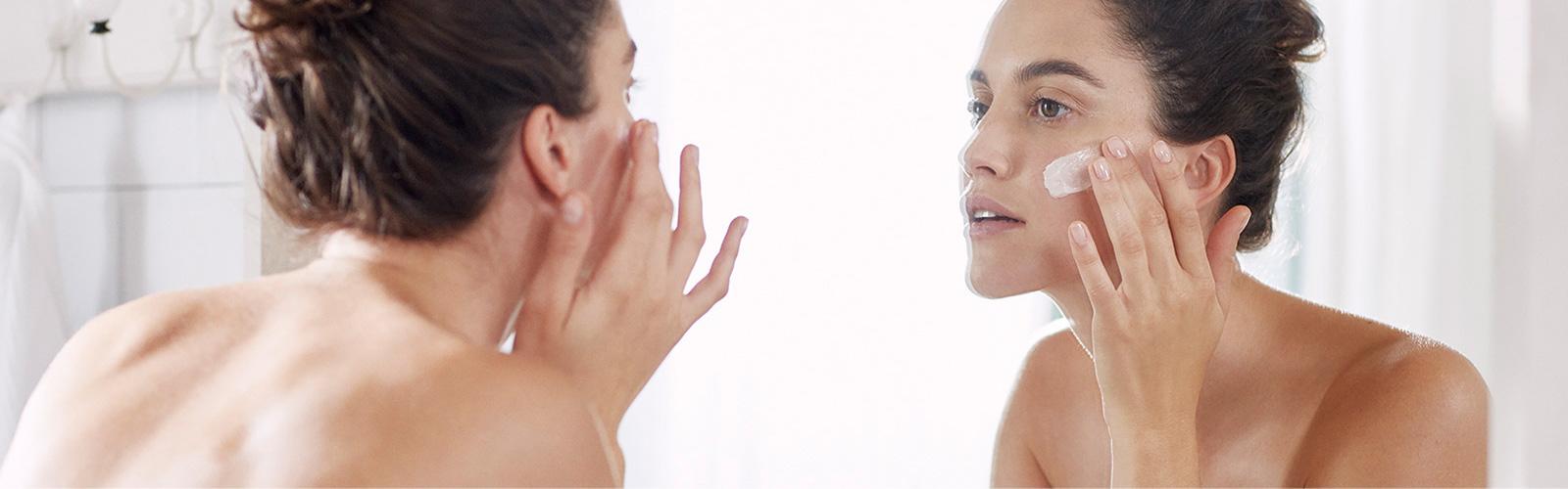 Femme qui s'hydrate le visage